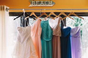 Plusieurs robes bohemes suspendues
