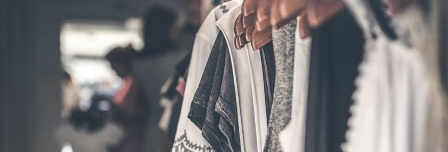 Photo d'une rangée de vêtements sur cintre